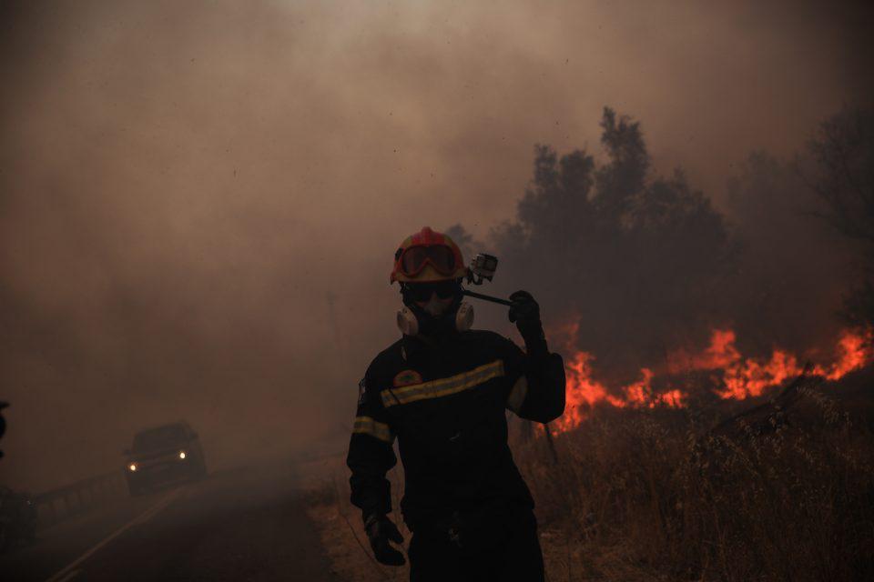 Φωτιά στη Βαρυμπόμπη: Η αυτοθυσία των πυροσβεστών για να σώσουν ζωές και περιουσίες – Συγκλονιστικές εικόνες