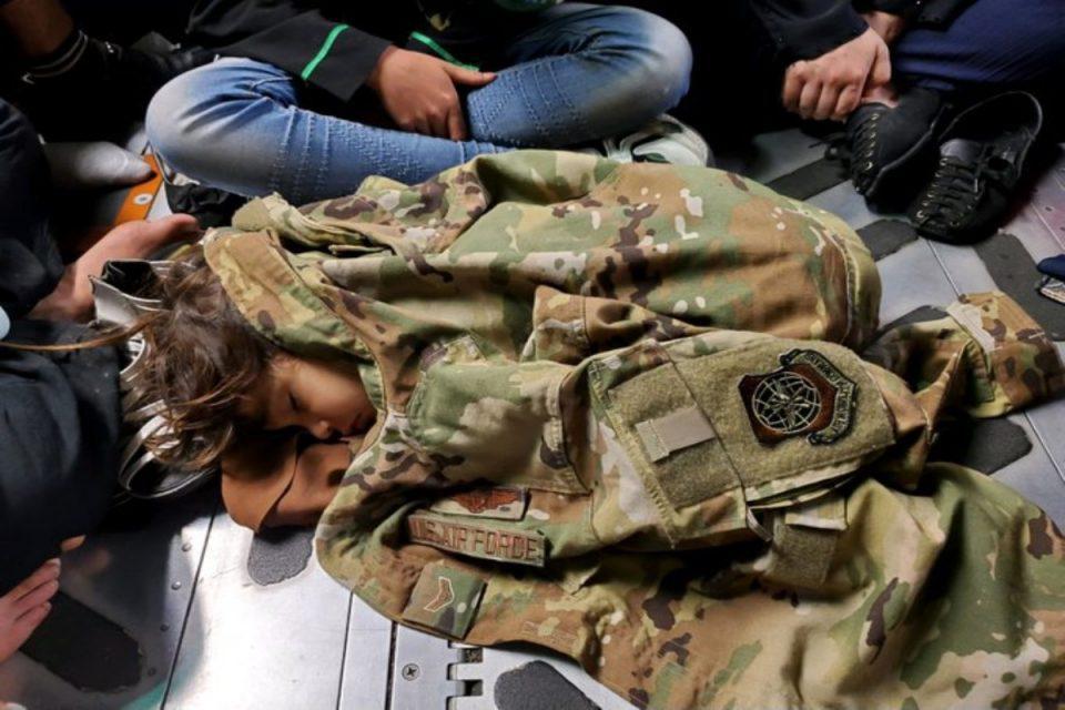Αφγανιστάν: Αμερικανός πεζοναύτης σκέπασε με το τζάκετ του παιδάκι – Η εικόνα συγκινεί