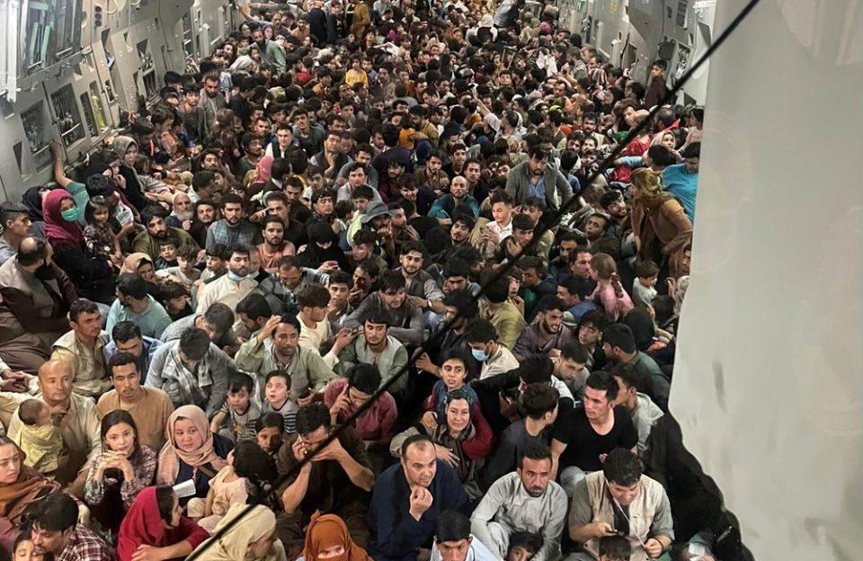 Αφγανιστάν: Συγκλονιστική εικόνα με 600 ανθρώπους «στοιβαγμένους» μέσα σε αμερικανικό μεταγωγικό