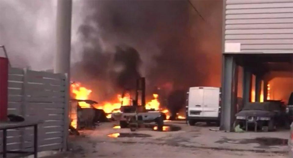 Φωτιά στην Αττική: Στις φλόγες μάντρα αυτοκινήτων στις Αφίδνες