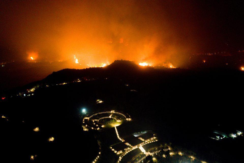 Φωτιά στην Αρχαία Ολυμπία: Ολονύχτια μάχη με τις φλόγες – Μία ανάσα πριν τον αρχαιολογικό χώρο το μέτωπο