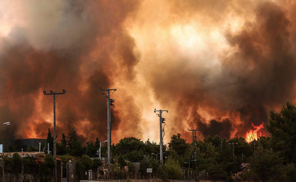 Πύρινη κόλαση στην Αττική: Μαίνεται η μάχη με τις φλόγες