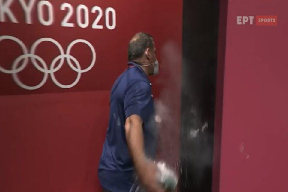 Πύρρος Δήμας: Έξαλλος ο πρώην Ολυμπιονίκης – Κοπάνησε τα χέρια του στον τοίχο