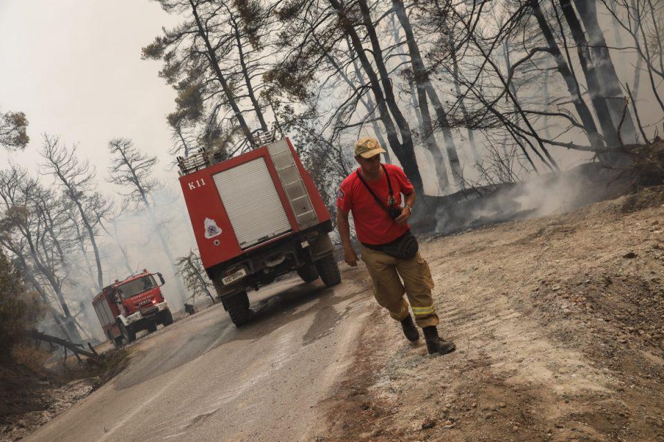 Φωτιά στην Εύβοια: Εκκενώνονται και οι περιοχές Μονοκαρυά και Κάτω Μονοκαρυά