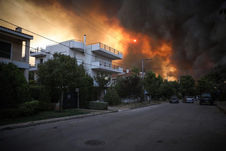 Φωτιά στην Βαρυμπόμπη: Συγκλονίζουν τα λόγια αστυνομικού – ««Αν δε φύγετε από το σπίτι, θα μείνω εδώ και θα καώ μαζί σας»