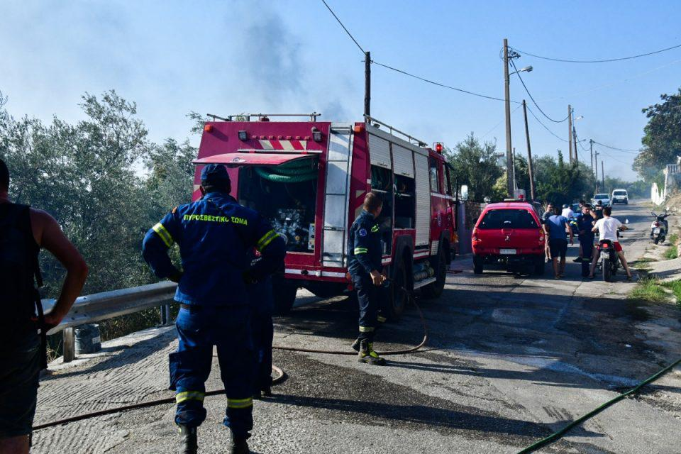 Φωτιά στον Ασπρόπυργο: Μάχη σε δύο μέτωπα για την Πυροσβεστική – Πού έχει κλείσει ο δρόμος
