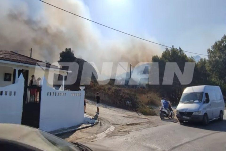 Φωτιά στη Ζάκυνθο: Σκεπάζουν τα σπίτια οι φλόγες στο Αργάσι – Δυσκολεύουν τους Πυροσβέστες οι άνεμοι