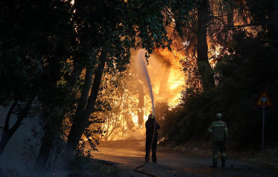 Φωτιά στην Βαρυμπόμπη: Συνεχίζεται η μάχη - Ξεκίνησαν τα εναέρια μέσα