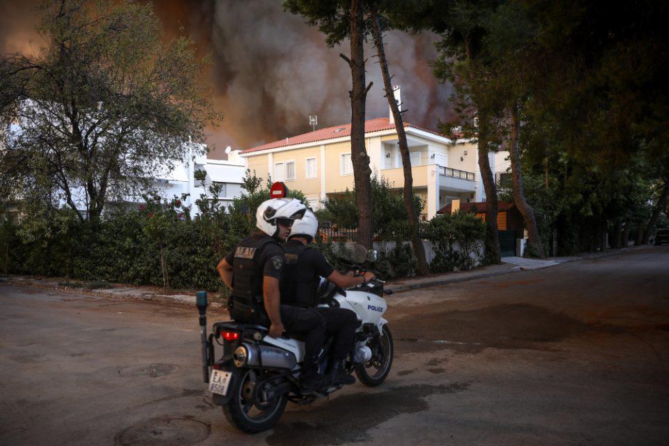 Φωτιές σε Αττική και Εύβοια: Πάνω από 310 απεγκλωβισμοί ατόμων από την ΕΛΑΣ