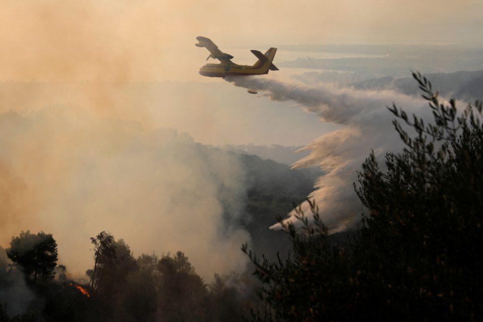 Φωτιά στο Μαρτίνο – Μάχη για να μην επεκταθεί προς την Εθνική