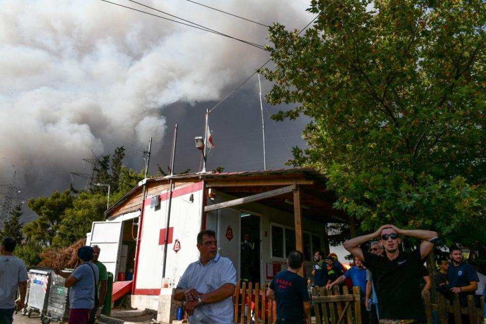 Φωτιά στη Δροσοπηγή: Εγκλωβισμένος άνθρωπος στον οικισμό – Δεν μπόρεσε να προσεγγίσει το σημείο η Αστυνομία