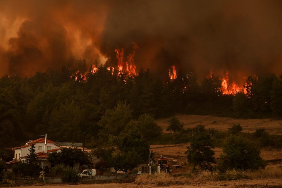 Πύρινη κόλαση σε Εύβοια, Ηλεία και Αρκαδία – Ελεγχόμενη η φωτιά στην Αττική [βίντεο]