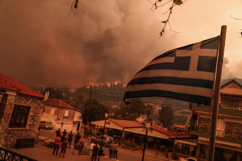 Φωτιά στην Εύβοια: Δραματικές ώρες στο Πευκί – Οι φλόγες καίνε το χωριό από τρεις πλευρές