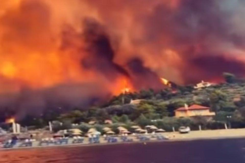 Φωτιά στην Εύβοια: Εφιάλτης με τρία μέτωπα – Χωριά παραδομένα στις φλόγες, απομακρύνθηκαν με πλοία 85 πολίτες [βίντεο]