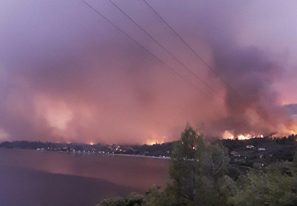 Φωτιά στην Εύβοια: «Η τελική μάχη» στις Ροβιές - Ζώνη δίπλα στα σπίτια κάνουν οι πυροσβέστες - Στις παραλίες οι κάτοικοι
