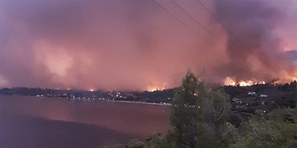 Φωτιά στη Λίμνη Ευβοίας: Μαίνεται το πύρινο μέτωπο