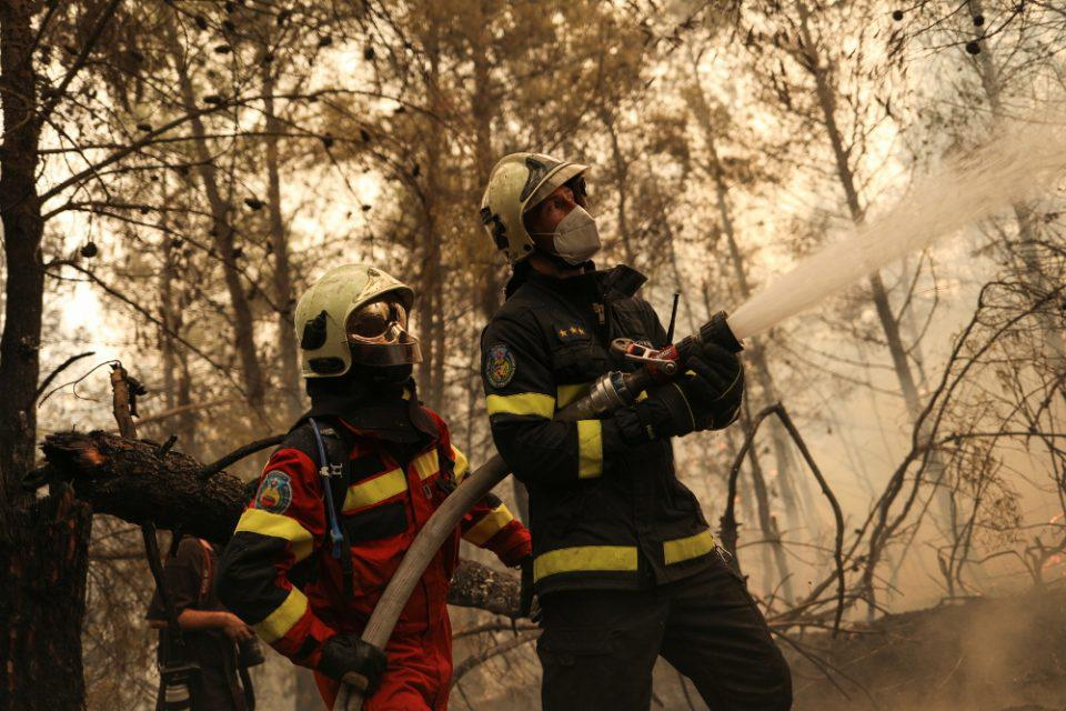 Φωτιά σε Πάρνηθα και Κάλαμο: Υπό μερικό έλεγχο τα πύρινα μέτωπα
