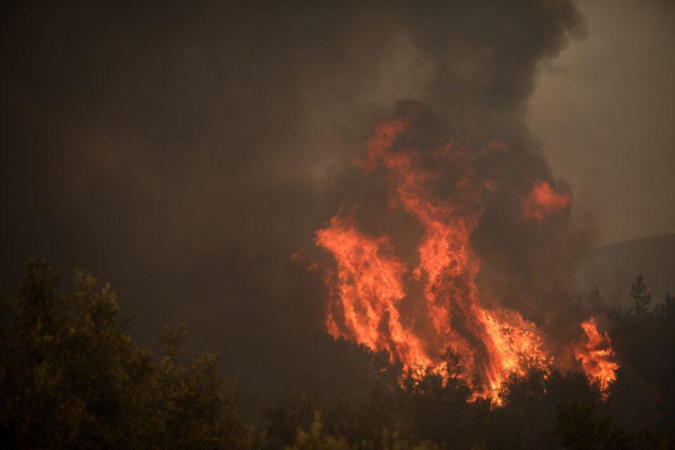 Φωτιά στη Βαρυμπόμπη: Προληπτική μεταφορά αντικειμένων από το Τατόι