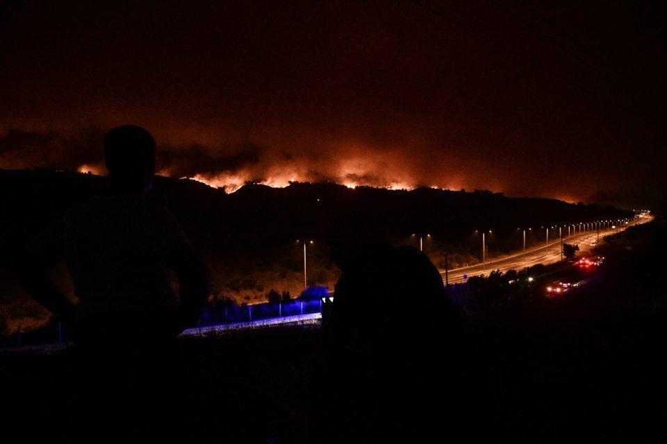 Φωτιά στη Βαρυμπόμπη: Εκτός ελέγχου η πύρινη κόλαση - Καίγονται Δροσοπηγή, Κρυονέρι και Αφίδνες, πέρασε την Εθνική η φωτιά [βίντεο]