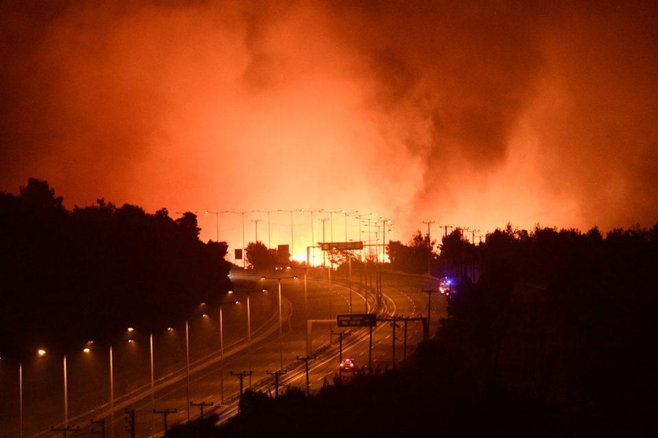 Πύρινη κόλαση στην Αττική – Πέρασε την Εθνική η φωτιά, πλησιάζει στον Άγιο Στέφανο – Εφιαλτικές εικόνες [βίντεο]