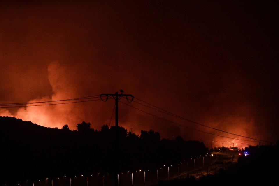 Φωτιά: Εκκενώνονται Άγιος Στέφανος, Καπανδρίτι, Πολυδένδρι