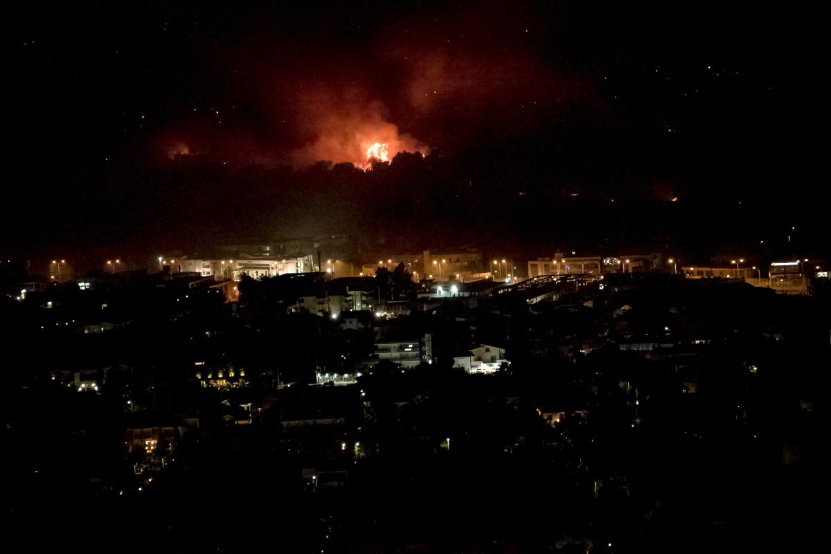 Φωτιά σε Βαρυμπόμπη και Εύβοια: Σε επιφυλακή νοσοκομεία και κέντρα υγείας – Αναλυτικά η λίστα