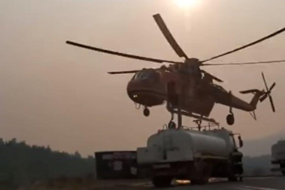 Φωτιά στα Βίλια: Στιγμές αγωνίας στη μάχη της κατάσβεσης - Ελικόπτερο εφοδιάζεται από υδροφόρα [βίντεο]