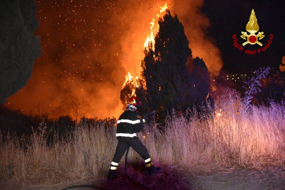 Πέντε, νεκροί από τις πυρκαγιές στην Κάτω Ιταλία [βίντεο]