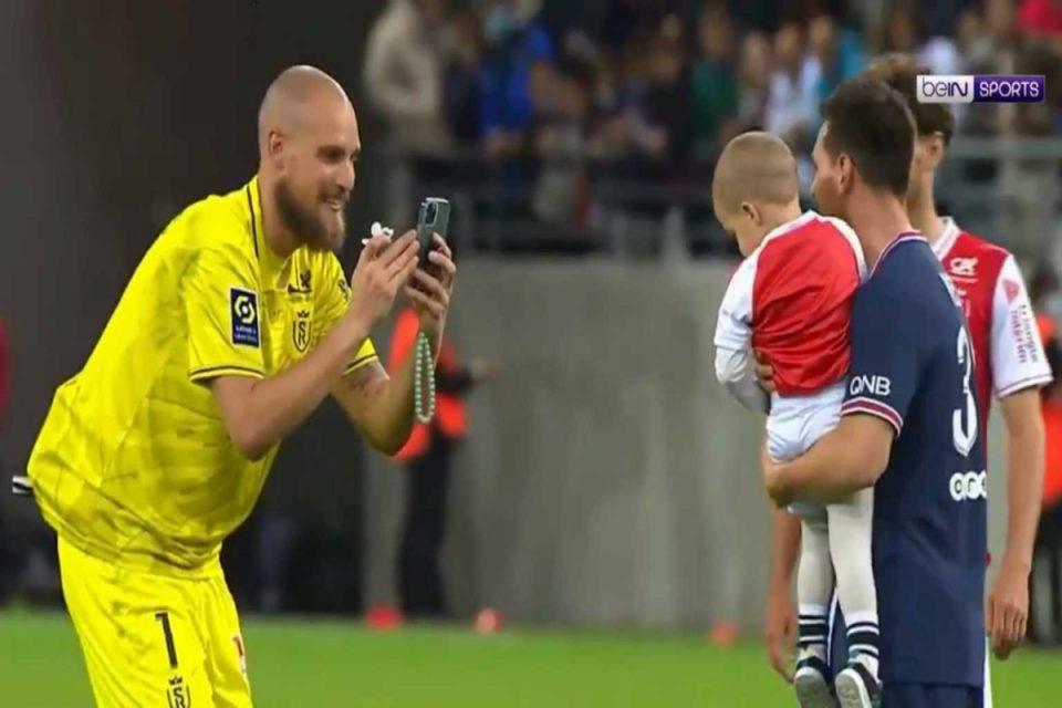 Λιονέλ Μέσι: Φοβερό στιγμιότυπο – Ο τερματοφύλακας της Ρεμς έδωσε τον γιο του στον Αργεντίνο για να βγάλουν φωτογραφία