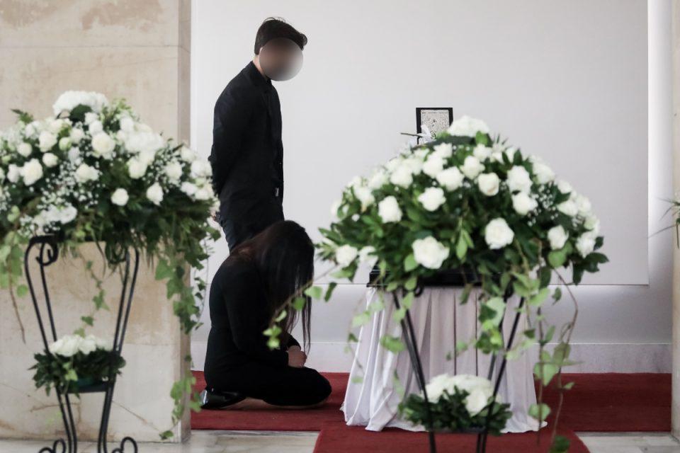 Άκης Τσοχατζόπουλος: Συντετριμμένη δίπλα στο φέρετρο η Βίκυ Σταμάτη – Δίπλα της ο γιος της