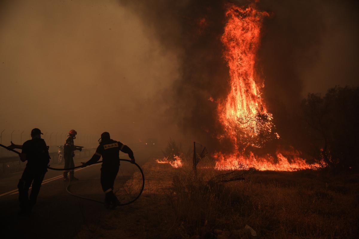 Πύρινη κόλαση στην Βαρυμπόμπη: Καίγονται σπίτια - Εκκενώνονται Θρακομακεδόνες, Άνω Βαρυμπόμπη, Αδάμες, Μορτερό, Φασίδερη