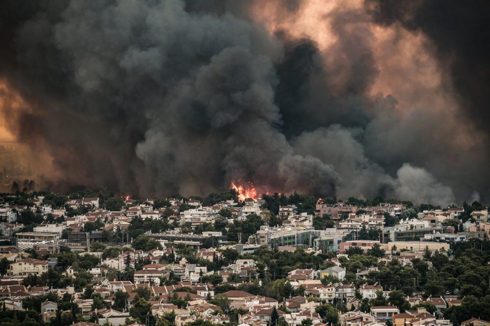 Φωτιά στην Βαρυμπόμπη: Καταστράφηκε ολοσχερώς αίθουσα εκδηλώσεων – Απίστευτες εικόνες