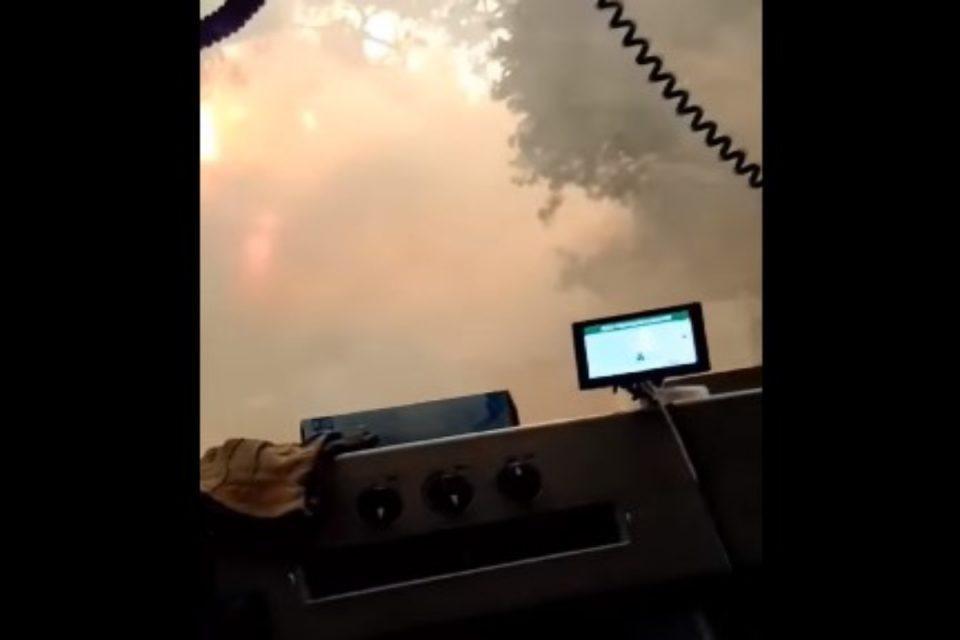 Φωτιά στην Βαρυμπόμπη: Συγκλονιστικό βίντεο μέσα από πυροσβεστικό όχημα – «Πάμε Κώστα, πέρνα, θα μας κλείσει»