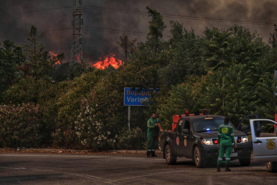 Φωτιά στην Βαρυμπόμπη: Μαίνεται το πύρινο μέτωπο, εκκενώνεται ο οικισμός Αδάμες – Νέο μήνυμα από το 112