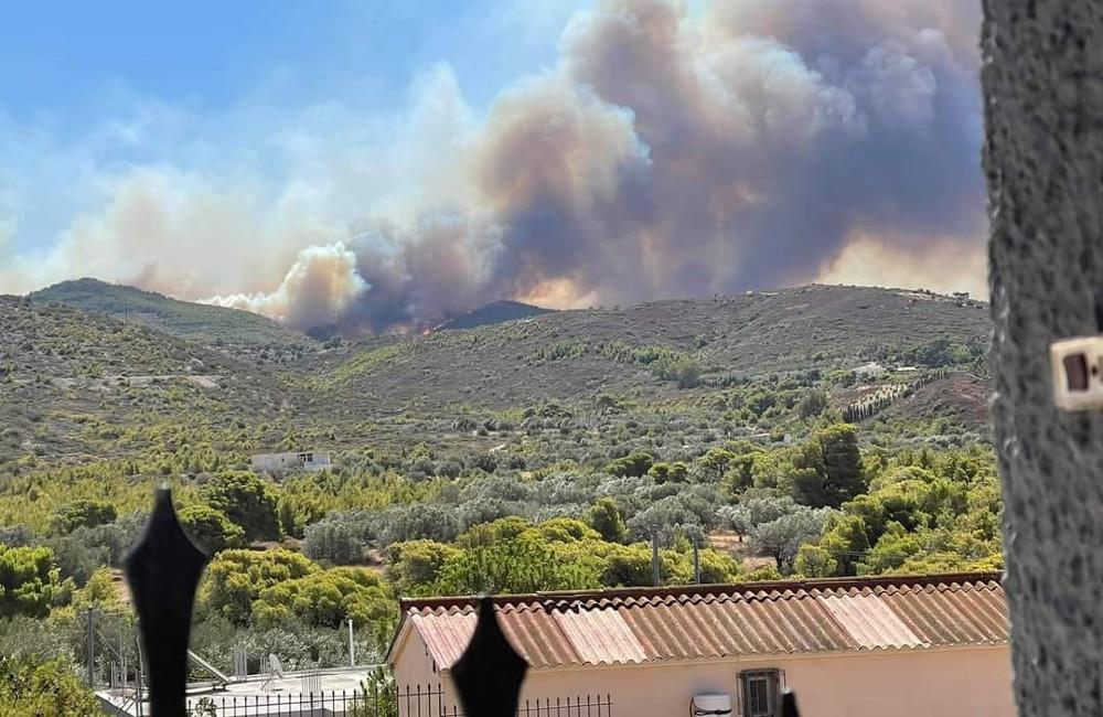 Φωτιά στα Βίλια: Εκκενώνονται και οι οικισμοί Αγία Παρασκευή και Κρύο Πηγάδι