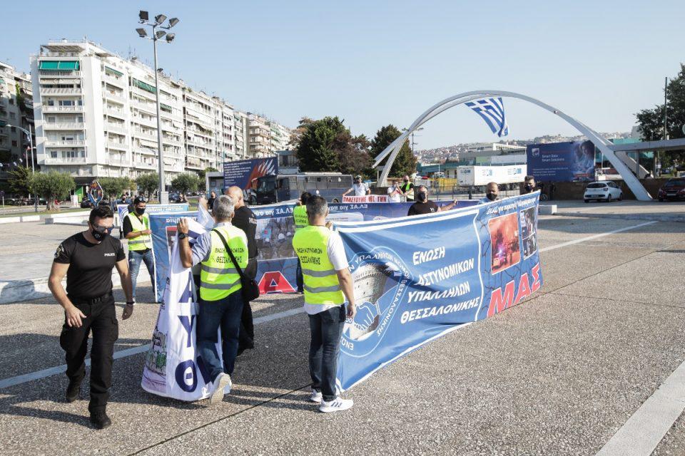 ΔΕΘ 2021: Διαμαρτυρία από αστυνομικούς έξω από την είσοδο – Δείτε εικόνες