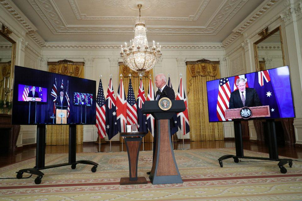 AUKUS: Η οργή της Γαλλίας και οι προσπάθειες να πέσουν οι τόνοι