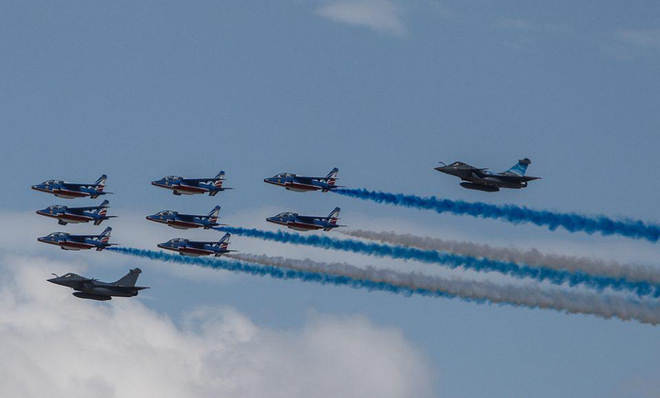 Αεροπλάνα πάνω από την Αθήνα: Rafale σχημάτισαν την ελληνική σημαία