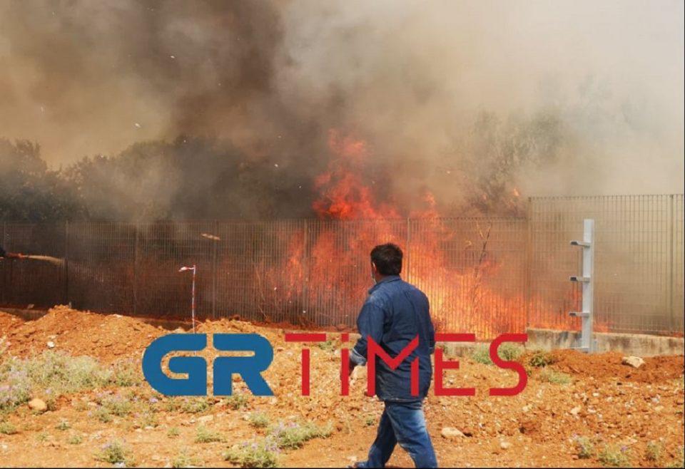 Θεσσαλονίκη: Μεγάλη φωτιά κοντά στο Διαβαλκανικό – Κινητοποιήθηκε η Πυροσβεστική, δεν απειλείται το ξενοδοχείο