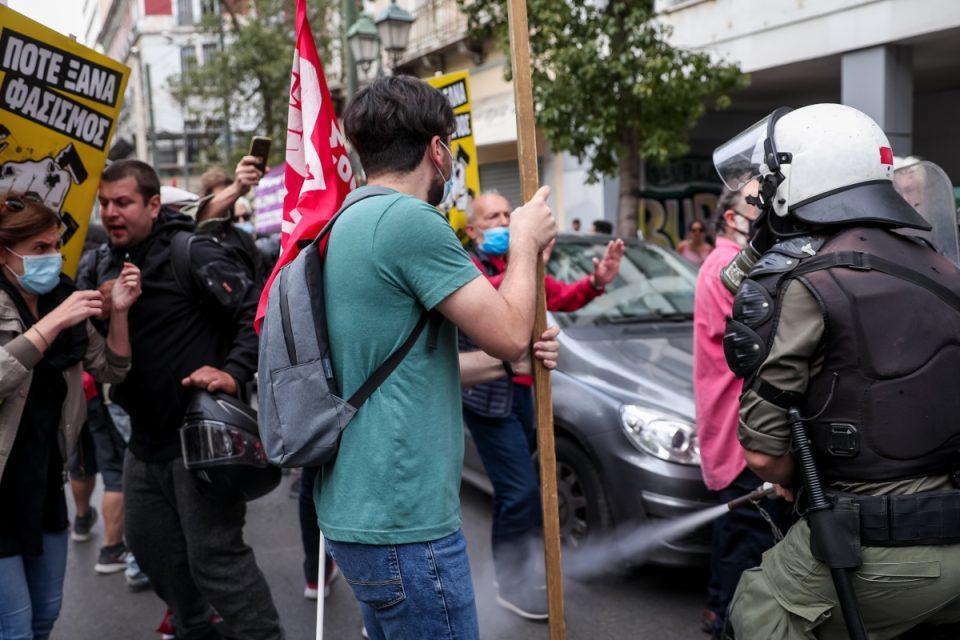 Αντιφασιστικό συλλαλητήριο: Ένταση και χημικά στην Ομόνοια