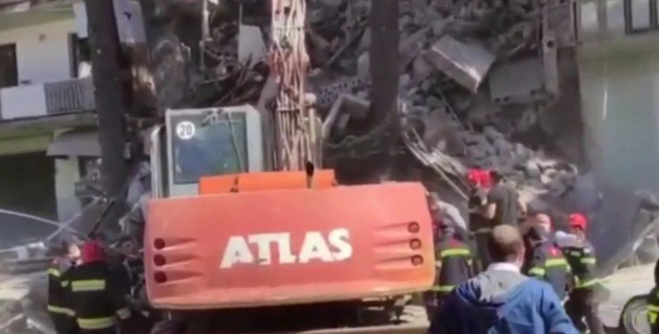 Κατάρρευση του κτιρίου στη Γεωργία: Συγκλονιστικές εικόνες – Σωστικά συνεργεία απεγκλωβίζουν παιδάκι